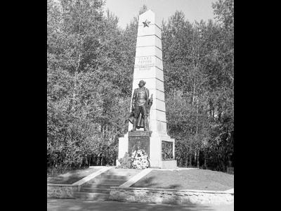 Памятник героям Гражданской войны; расположен по улице Восстания в районе Красного Камня; город Нижний Тагил. Май, 1988 год. (НТГИА. Коллекция фотодокументов. Оп.1Н1. Д.3375)
