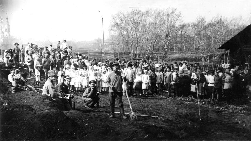 Тагильчане на субботнике по обработке земли. 1920 год. (НТГИА. Коллекция фотодокументов. Оп.1П. Д.1669)