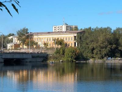 Вид на здание МКУ НТГИА со стороны пруда