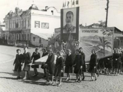Колонна учениц одной из средних школ на первомайской демонстрации на улице Ленина г. Нижний Тагил. 01.05.1951 г. (НТГИА. Коллекция фотодокументов. Оп.1П. Д.1156)