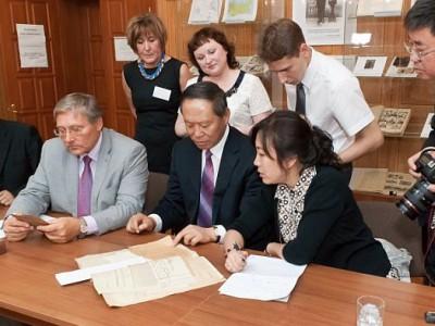 Участники встречи изучают архивные документы.