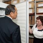 Директор МКУ НТГИА Т.А.Вязова показывает хранилище фотодокументов.
