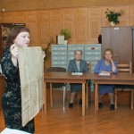 Вязова Т.А., директор Нижнетагильского городского исторического архива, демонстрирует документы из личных фондов.