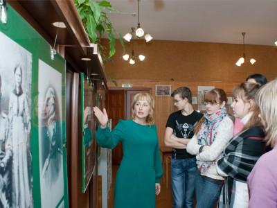 Шаркова М.В., заведующая отделом научно-справочного аппарата и использования документов, проводит экскурсию студентам Нижнетагильского строительного техникума