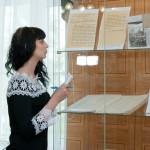 Студентка Нижнетагильского строительного техникума  во время изучения архивных документов, представленных на выставке