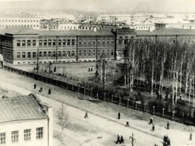 Общий вид здания Горно-металлургического техникума и прилегающей территории. [1950-е] годы. (НТГИА. Коллекция фотодокументов. Оп.1П. Д.1662)