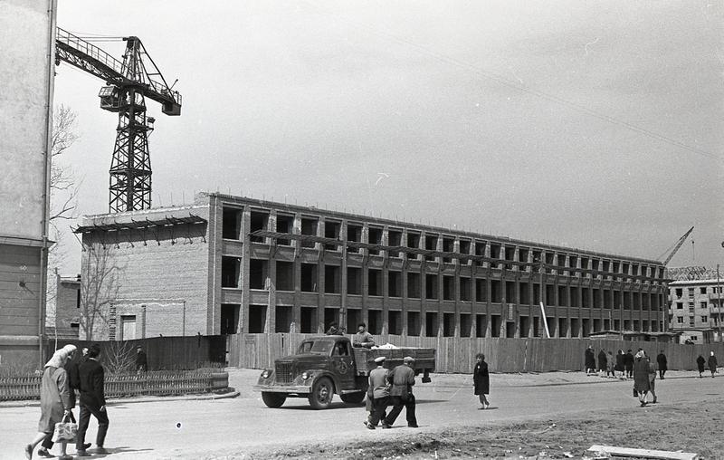 Строительство средней школы № 44 по улице Пархоменко. Май 1964 год. (НТГИА. Коллекция фотодокументов. Оп.1Н1. Д.2715)