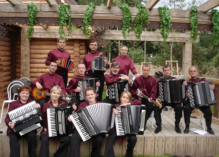 """Артисты оркестра """"Тагильские гармоники"""" после выступления в Чехии. Август 2006 года. (НТГИА. Ф.623. Оп.2эф. Ед.хр.1. Ед.уч.62)"""