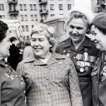Зубрицкая Т.П. (первая справа) среди участников встречи девушек, уходивших по призыву ЦК ВЛКСМ на фронт в 1942 году. Апрель 1982 г. (НТГИА. Ф.547. Оп.1. Д.8. Л.1)