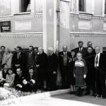 Краеведы Нижнего Тагила около краеведческой библиотеки. 21.05.1996 г. (НТГИА. Ф.642. Оп.1. Д.61. Л.3)