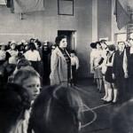 Фирстова Н.А. (в центре) в момент проведения школьной линейки. 1960-е гг. (НТГИА. Ф.658. Оп.1. Д.69. Л.1)