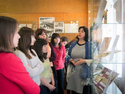 """В.Е.Лаврова, ведущий архивист Нижнетагильского городского исторического архива, проводит экскурсию по выставке """"...этот День мы приближали, как могли"""". 26.03.2015 года."""