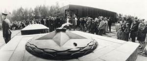 Возложение цветов горожанами к мемориалу тагильских металлургов  в Тагилстроевском районе. 1990-е годы. Фото Н. Путилова. (НТГИА. Коллекция фотодокументов. Оп.1П. Д.2030)