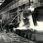 Розлив чугуна в кислородно-конверторном цехе Нижнетагильского металлургического комбината. 1960-е годы (НТГИА. Коллекция фотодокументов. Оп.1П. Д.1795)