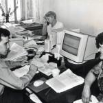 Служащие налоговой инспекции за работой; г. Нижний Тагил. 1990-е годы. Фото Н. Антонов. (НТГИА. Коллекция фотодокументов. Оп.1П. Д.2274)