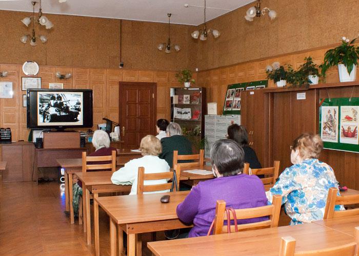 """Ветераны педагогического труда во время просмотра видеопрезентации """"...этот День мы приближали, как могли"""" в читально-экспозиционном зале городского архива. 27.04.2015 года."""