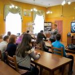 """Студенты НТГСПИ (ф) РГППУ на выставке """"...этот День мы приближали, как могли"""" в читально-экспозиционном зале городского архива. 25.03.2015 года."""
