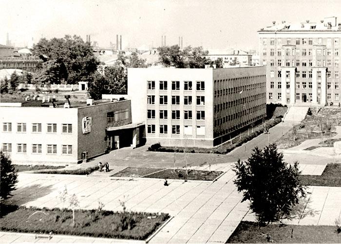 Вид на здание Нижнетагильского медицинского училища. 1970 год. (НТГИА. Коллекция фотодокументов.Оп.1ФА.Д.30.Л.20.ф.41)