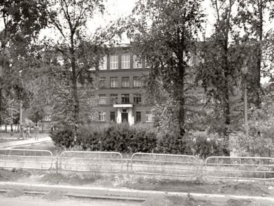 Вид на здание школы № 90 на Гальяно-Горбуновском массиве города Нижний Тагил. 2000-е годы.