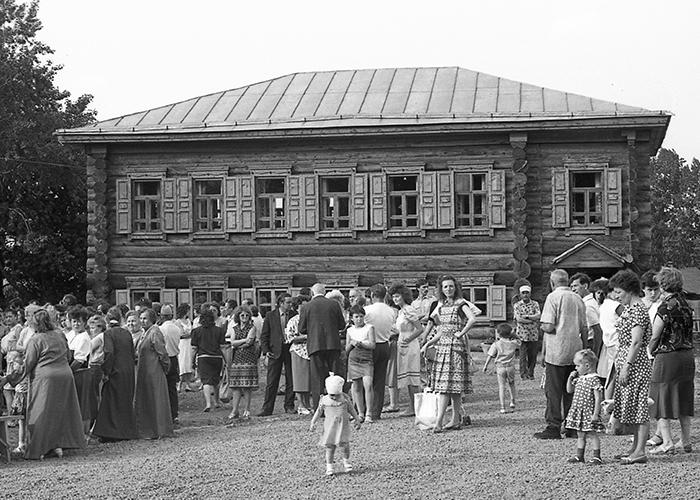 Посетители у музея истории подносного промысла «Дом Худояровых» в день его открытия. 29 мая 1991 года. (НТГИА. Коллекция фотодокументов. Оп.1Н1. Д.3542)