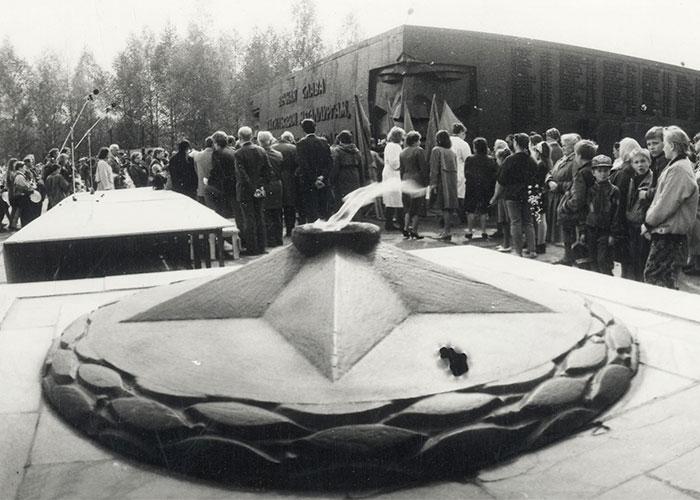 Возложение цветов горожанами к мемориалу тагильских металлургов в Тагилстроевском районе. [1990-е гг.]. Фото Н.Путилова. (НТГИА. Коллекция фотодокументов. Оп.1П. Д.2030)