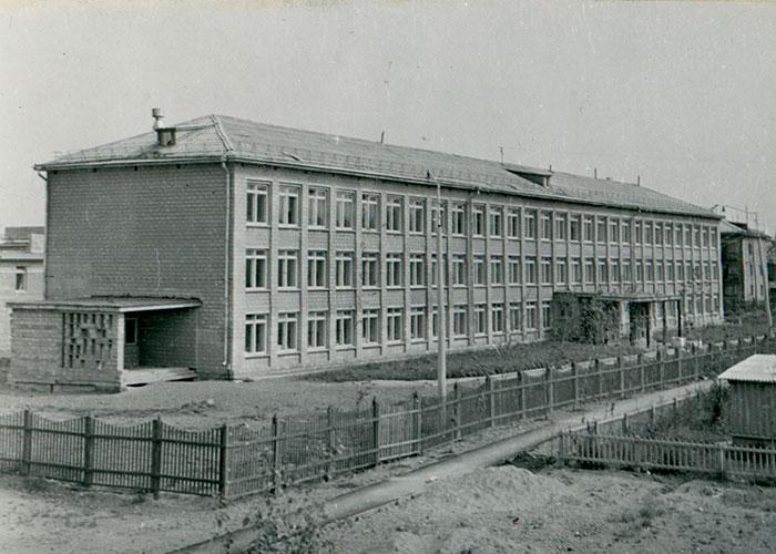 Вид на здание средней общеобразовательной школы № 45 города Нижний Тагил. 27 июля 1967 года. Фото В. Демидова. (Коллекция фотодокументов. Оп. 1ФА. Д.43. Л.16)