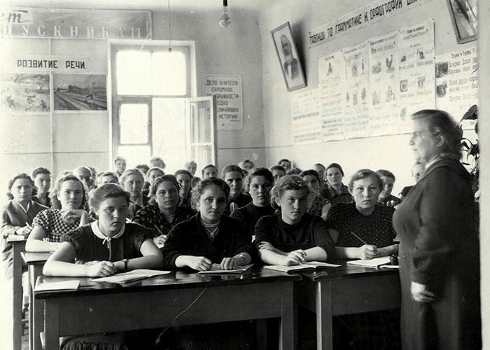 Во время урока истории в Нижнетагильском педагогическом училище. Преподаватель А.М. Грахова. 1950-е годы. (Коллекция фотодокументов. Оп. 1П. Д.784).