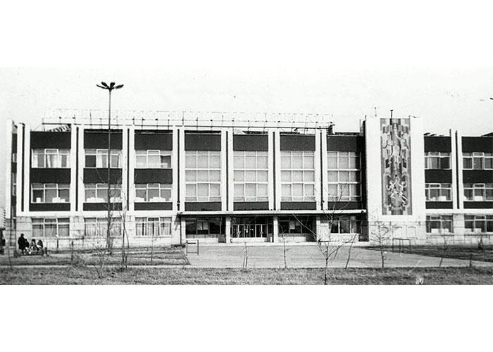 Вид на здание плавательного бассейна по улице Юности. Май 1986 года. Фото Б.А.Шилова. (НТГИА. Коллекция фотодокументов. Оп.1ФА. Д.18. Л.15)