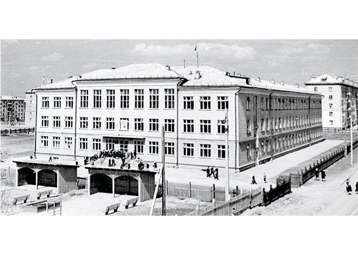 Вид на здание восьмилетней школы № 58 города Нижний Тагил. 1960-е годы. (Коллекция фотодокументов. Оп.1ФА. Д.30. Л.23)