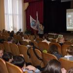 В.Е. Лаврова, ведущий архивист Нижнетагильского городского исторического архива, проводит экскурсию учащимся МБОУ средней образовательной школы № 6. Декабрь 2016 года.