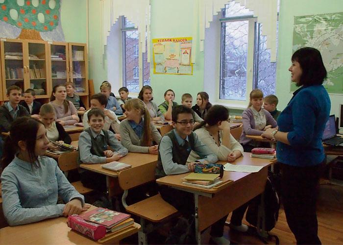 В.Е. Лаврова, ведущий архивист Нижнетагильского городского исторического архива, проводит экскурсию учащимся МБОУ средней образовательной школы № 66. Декабрь 2016 года.