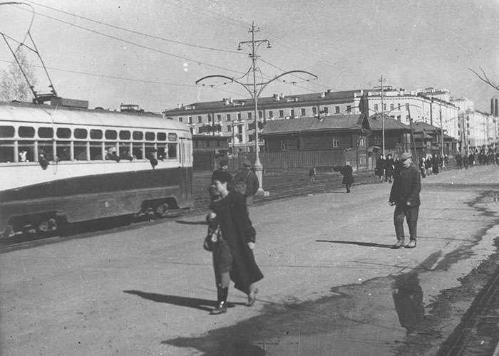 Трамвай, на улице Ленина, идущий по маршруту центр города - вокзал г. Нижний Тагил. 1945 г. (НТГИА. Коллекция фотодокументов. Оп.1П. Д.319)