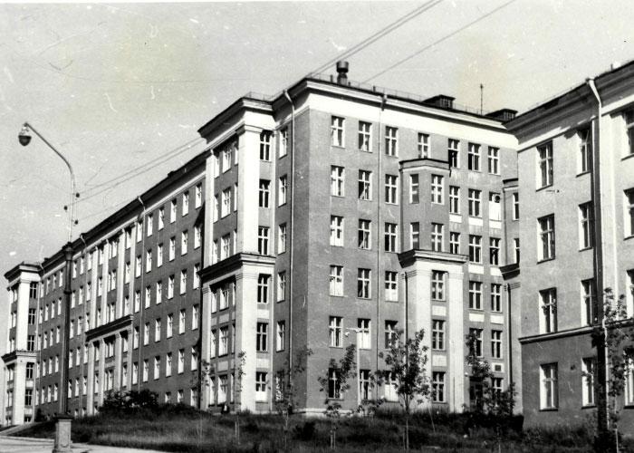 Вид здания второй городской больницы г. Нижний Тагил, сданного в эксплуатацию в 1962 г. (НТГИА. Коллекция фотодокументов. Оп.1П.Д.1408)
