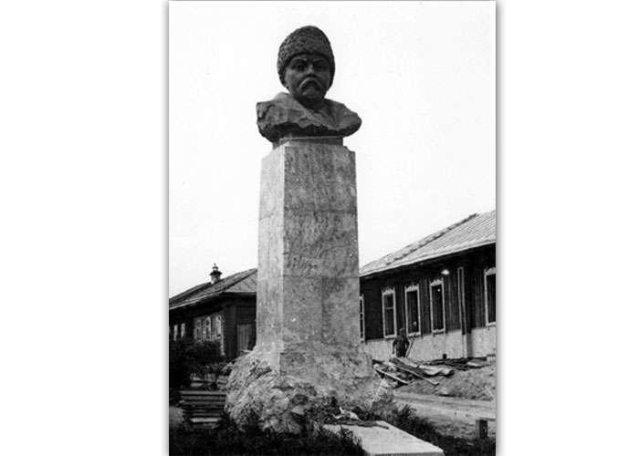 Памятник Д. Н. Мамину-Сибиряку (НТГИА. Коллекция фотодокументов.Оп.1П.Д.1463)