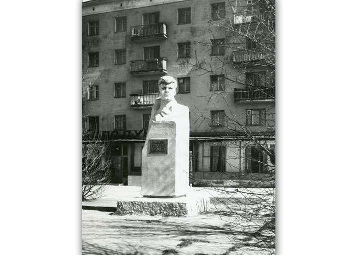 Памятник рабкору Григорию Быкову. 1986 г. (НТГИА. Коллекция фотодокументов. Оп.1ФА. Д.15.Л.10.ф.23)