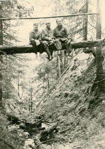 П.Э. Рикерт (в центре) с супругой Надеждой Леонтьевной (справа) и Евгенией Сапожниковой (подругой) (слева) в окрестностях д. Верхняя Ослянка на реке Чусовой. 1969 г. (НТГИА. Ф.699.Оп.2ФП.Д.66)