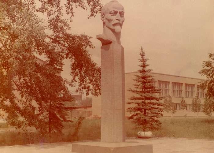 Памятник Ф. Э. Дзержинскому у проходной УВЗ (Коллекция фотодокументов. Оп.3ФП.Д.54)