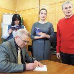 Г.Г. Азанов в момент оформления дарственной надписи на титульном листе сборника его стихотворений