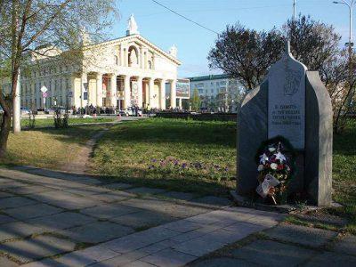Памятник погибшим тагильчанам на месте трагедии. Май 2010 года. Фото М.А. Пинегиной.