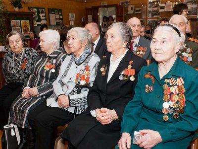 Ветераны Великой Отечественной войны в читально-экспозиционном зале НТГИА