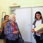 Ю.А. Макарова, в момент проведения экскурсии участникам встречи, в архивохранилище НТГИА. 21.11.2018 г.