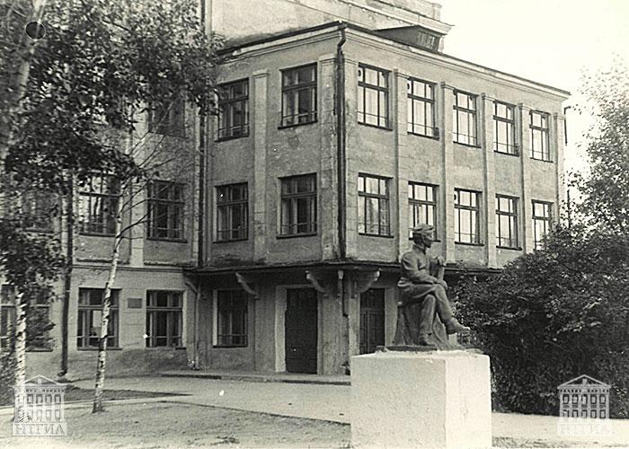 Вид здания средней школы № 23. 1981 год. (НТГИА. Коллекция фотодокументов. Оп.1П. Д.1455)
