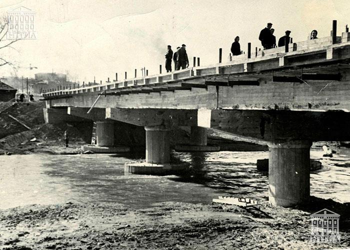 Строительство моста через реку Тагил. Вид со стороны района Выя. 1962 год. (НТГИА. Коллекция фотодокументов. Оп.1П. Д.378)