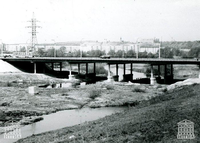Вид железобетонного моста через реку Тагил. 1981 г. (НТГИА. Ф.К1.Оп.1П.Д.1890)