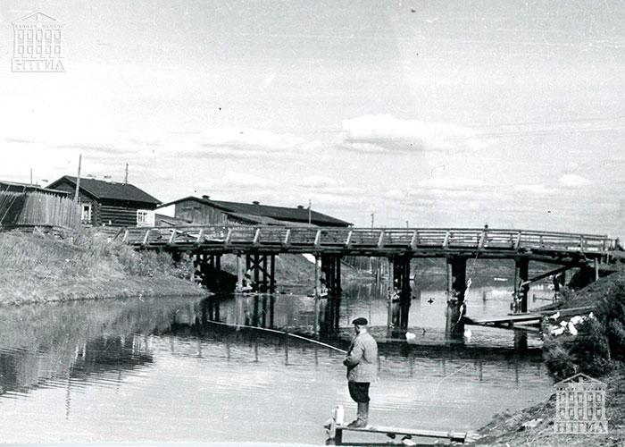 Вид на мост через реку Тагил по улице Красноармейской (ранее ул. Арзамасская) со стороны улицы Фрунзе, г. Нижний Тагил.1968 г. (НТГИА. Ф.К1.Оп.1П.Д.2947)