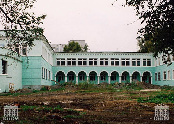 Вид здания туберкулезного диспансера в районе Красного Камня. 2000-е годы (НТГИА. Ф.636.Оп.1Ф.Д.107).