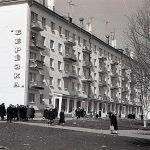 Жители города у магазина «Березка» по ул. Пархоменко. 1963 г. (НТГИА. Коллекция фотодокументов. Оп.1Н1.Д.2606)