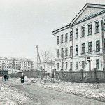 Вид здания школы № 44 (в настоящее время - № 144) по ул. Гвардейская. 1965 г. (НТГИА. Коллекция фотодокументов.Оп.1Н1.Д.2173)