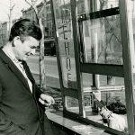 Тагильчанин у киоска «Мороженое» на проспекте Ленина. 1967 г. (НТГИА. Коллекция фотодокументов. Оп.3ФП.Д.185)