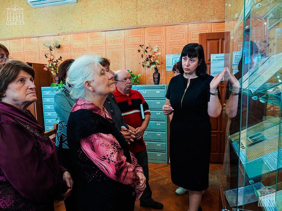 В.Е. Лаврова, ведущий архивист НТГИА, во время проведения экскурсии гостям выставки в читальном зале НТГИА. 20.08.2019 г.